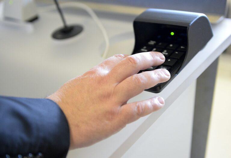 2017. aasta oktoobris sai esimest korda Euroopa Liidu õigusakt digitaalse allkirja, kui Eesti eriesindaja ELi institutsioonide juures Matti Maasikas ning Euroopa Parlamendi president Antonio Tajani andsid elektroonilise allkirja gaasi varustuskindluse tagamise määrusele.