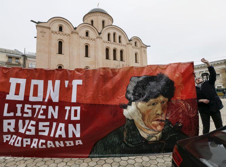 Võitlus Vene propagandaga käib mitmel rindel. Pildil on aktivist selle aasta algul hoidmas loosungit Vene propaganda vastu Hollandi kunstniku Vincent van Goghi pildiga. Aktivist lootis Kiievi Hollandi saatkonna ees hoiatada hollandlasi kuulamast Vene propagandat ELi-Ukraina assotsiatsioonilepingu vastu.