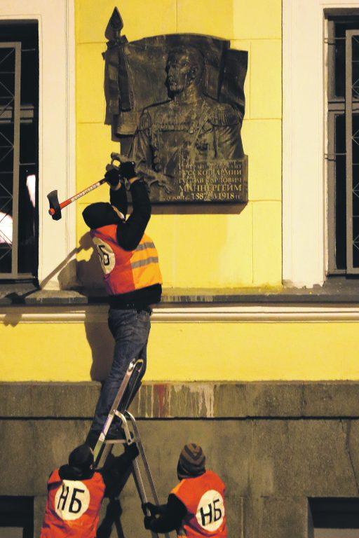 Näide ajalootõlgenduse lahknevusest: Vene natsionalistid ründamas kirvega marssal Mannerheimi mälestustahvlit Peterburis.