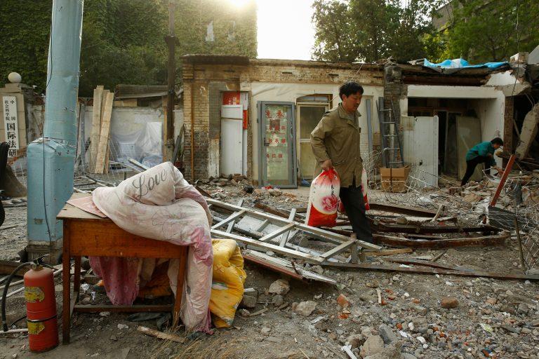Pekingi kesklinnas on mees kandmas asju hiljuti lammutatud majast Keelatud Linna lähedal. Hiina aeglustunud majanduskasvul on maailma majandusele suur mõju.