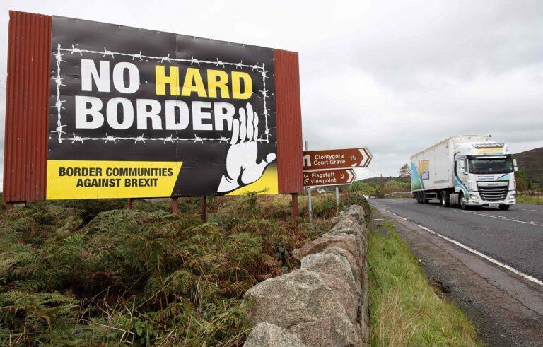 Veoauto möödub Põhja-Iirimaa piiri lähistel Brexiti ja piirikontrolli vastasest plakatist.