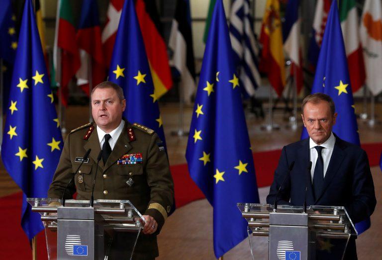 Eesti kaitseväe juhataja kindral Riho Terras ja Euroopa Liidu Ülemkogu eesistuja Donald Tusk PESCO käivitamise tseremoonial Brüsselis eelmise aasta detsembris.
