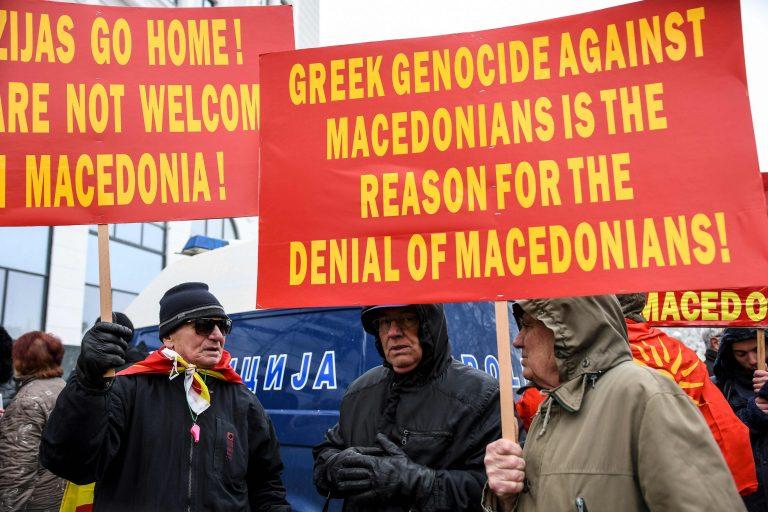 Märtsi lõpus tulid Makedoonias inimesed tänavale, et avaldada meelt visiidile tulnud Kreeka välisministri Nikos Kotziase ja riigi nimemuutuse vastu.