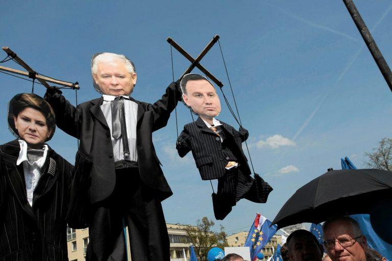 Valitsusvastane meeleavaldus selle aasta mais kujutamas Jaroslaw Kazcyńskit nukujuhina, kes juhib peaminister Beata Szydłot ja president Andrzej Dudat.