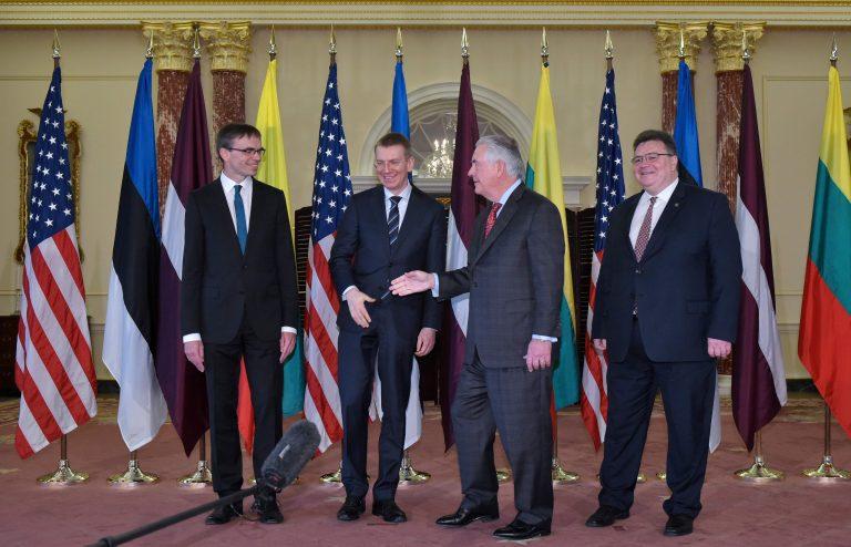 Eestil on olulised liitlassuhted USAga. Pildil on Balti riikide välisministrid kohtumas Washingtonis USA kolleegi Rex Tillersoniga. Vasakult Sven Mikser, Läti välisminister  Edgars Rinkēvičs, Tillerson ja Leedu välisminister Linas  Linkevicius.