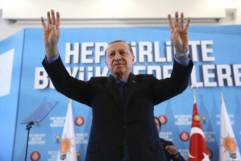 Türgi president Recep Tayyip Erdoğan oma toetajate keskel Lääne-Türgis oktoobri algul.