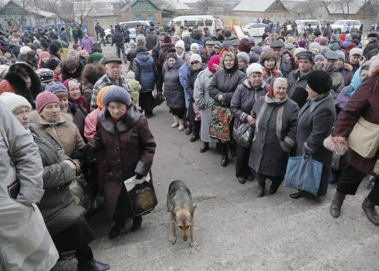 Inimesed ootamas ELi abi Semjonovkas Ida-Ukrainas. Eesti üritab tõmmata Ida-Ukraina humanitaarolukorrale ka teiste ELi liikmesriikide tähelepanu.