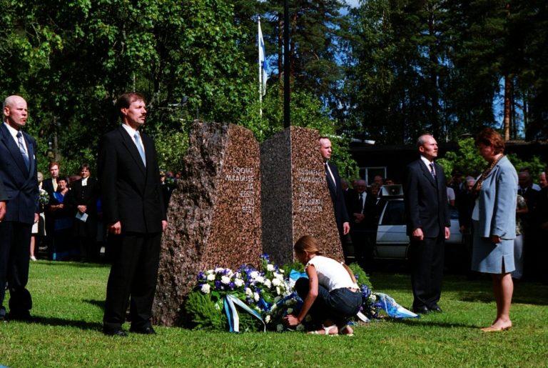 Eesti taasiseseisvuse 10. aastapäeva tähistamine soomepoiste mälestusmägi juures Luumäkil 2001. aastal. Soomepoisid tasusid Eesti auvõla Soome ees.
