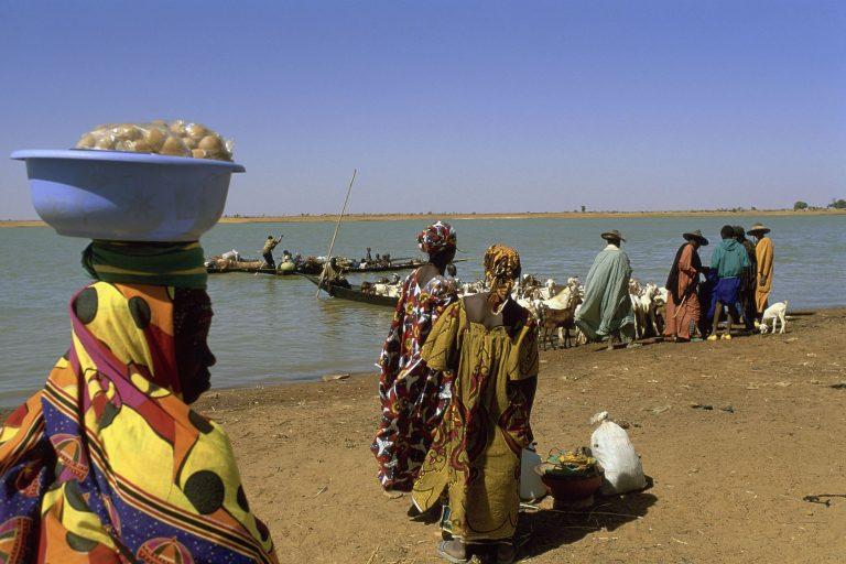Malilased Nigeri jõe ääres. Veest on saamas Sahelis üha tähtsam ressurss, millele juurdepääs muutub aastatega järjest olulisemaks.