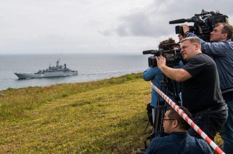 Vostok-õppusi demonstreeriti palju ka rahvusvahelisele ja kohalikule meediale. Pildil on ajakirjanikud katmas õppusi Jaapani merel.