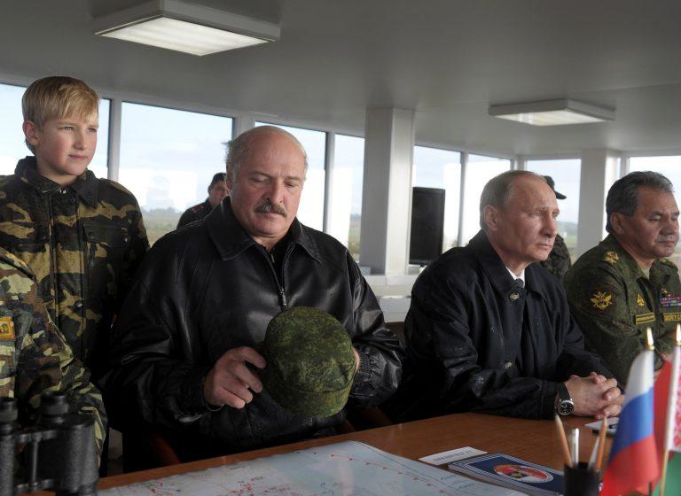 2013. aasta Zapadi õppusi jälgivad (vasakult) Valgevene president Aljaksandr Lukašenka, Venemaa president Vladimir Putin ja Venemaa kaitseminister Sergei Šoigu. Seisab Lukašenka poeg Nikolai. Lukašenka ei pruugi selle aasta õppustesse enam nii hästi suhtuda