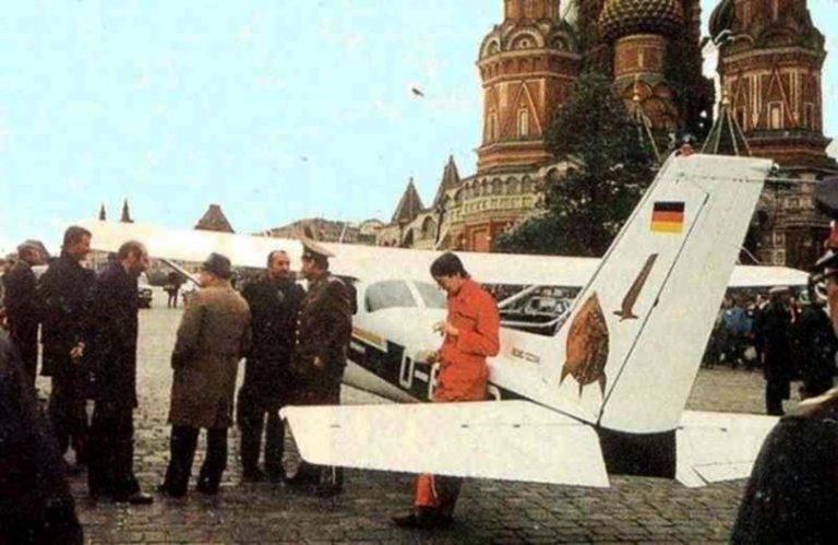 Mathias Rusti Cessna 172 seismas Moskvas Punase väljaku vahetus läheduses. Rust on oranžis kostüümis. Nõukogude õhukaitsel polnud selget otsust, mida piiririkkujaga peale hakata.