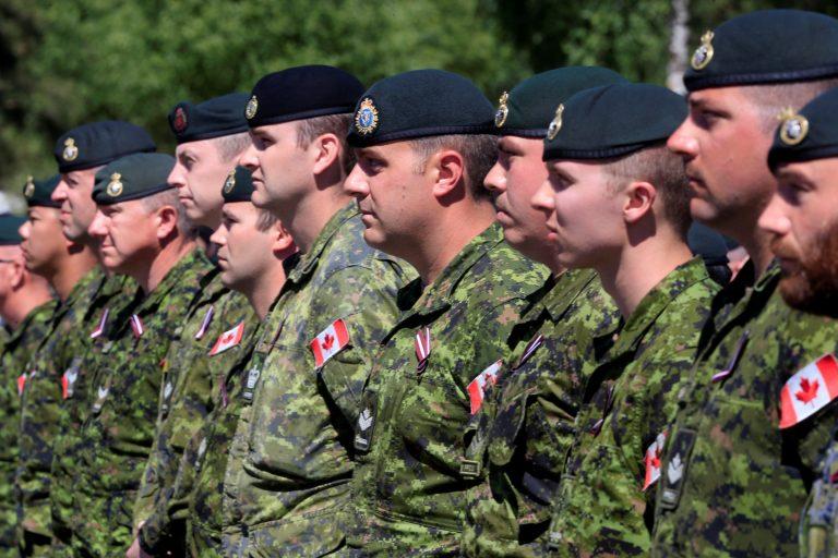 Kanada sõjaväelased Lätis Adažis ametlikul tervitustseremoonial juunis.