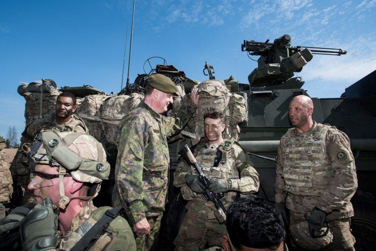 Soome sõjaväelased vestlemas USA sõduritega ühisõppustel Arrow 16 eelmisel aastal. Soome armee on teinud pidevalt ühisõppusi NATO riikidega.