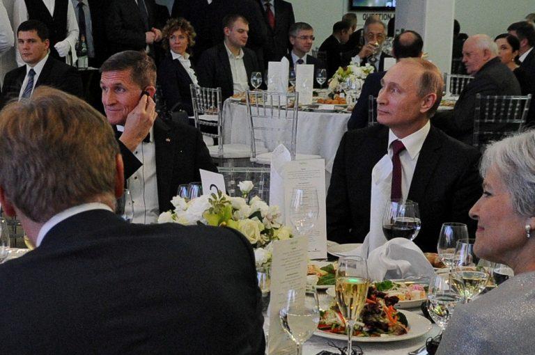 Michael T. Flynn ja Vladimir Putin ühises lauas RT galal 2015. aastal.