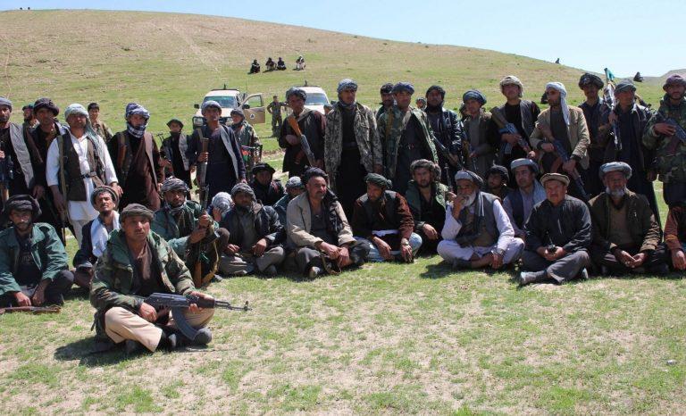 Üle 200 Talibaniga seotud võitleja andis aprillis alla Afganistanis valitsusjõududele. Pildil on allaandmistseremoonia.