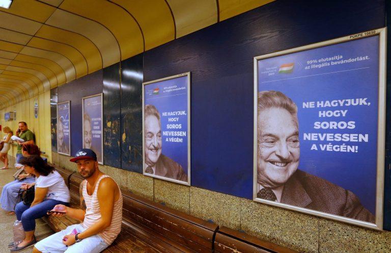 Kontroll meedia üle on autoritaarsetele režiimidele ehk kõige olulisem tööriist oma populaarsuse tõstmiseks. Fotol on kujutatud Ungari valitseva partei Fidesz meediakampaaniat Ungari päritolu USA miljardäri George Sorose sekkumise vastu Ungari siseasjadesse. Ungari ja Poola valitsused on viimastel aastatel astunud olulisi samme riigimeedia politiseerimiseks.