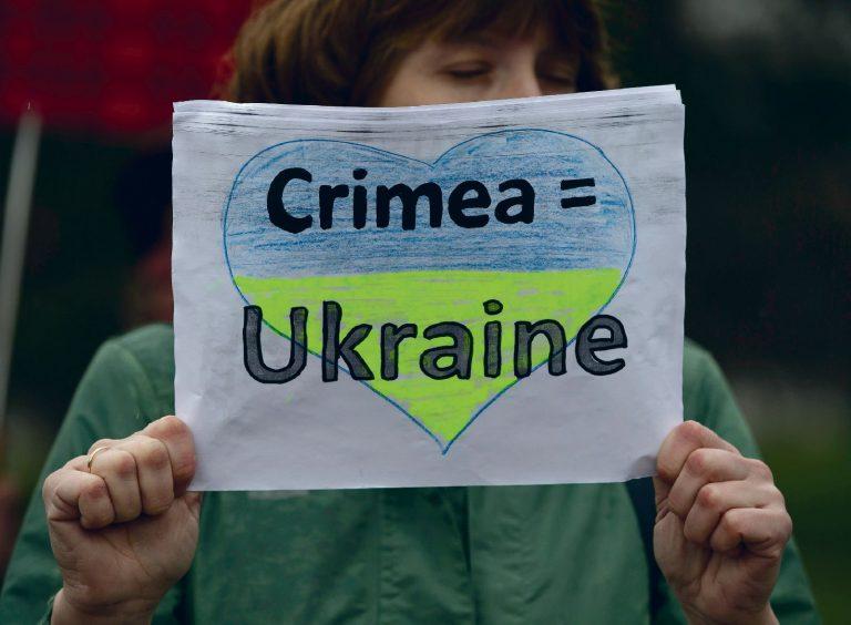 Kõik polnud Krimmi annekteerimisega nõus. Naine Simferopolis 7. märtsil 2014 hoidmas plakatit, mis kuulutab Krimmi kuulumist Ukrainale.