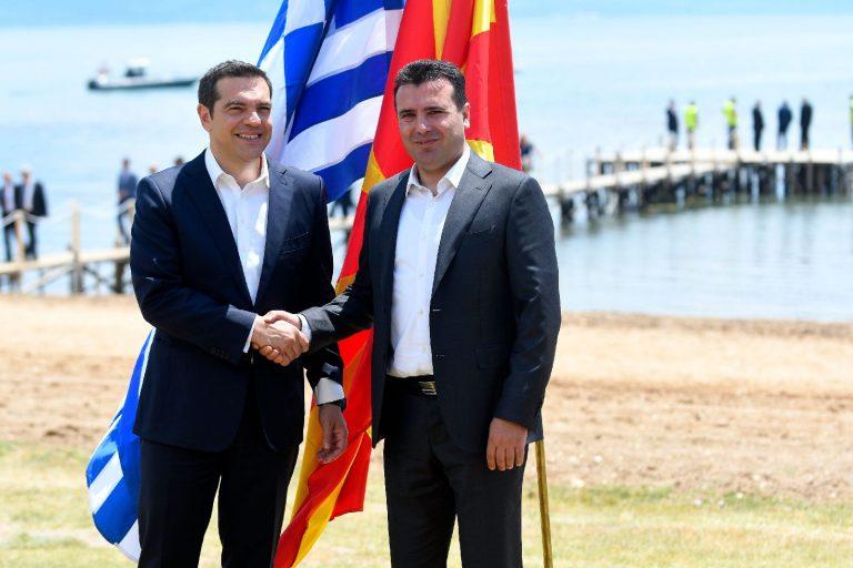 Makedoonia peaminister Zoran Zaev (paremal) tervitamas oma Kreeka kolleegi Alexis Tsiprast Prespa lepingu allakirjutamisel eelmisel aastal.