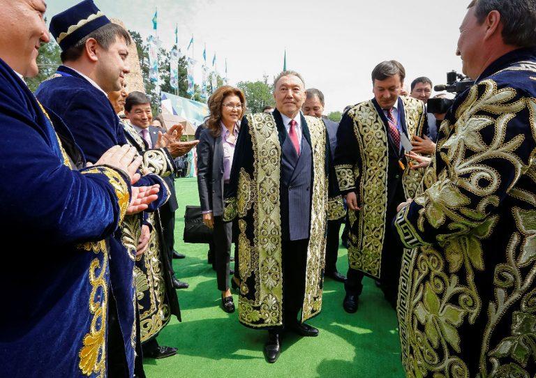 Kasahstani president Nursultan Nazarbajev kasahhide rahvusliku ühtsuse päeval 1. mail 2016 kasahhi rahvuskostüümis.