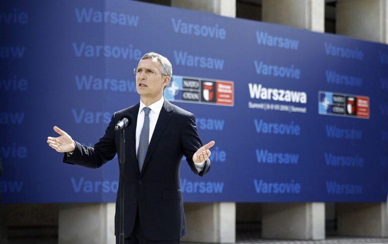 Peasekretär Jens Stoltenberg NATO tippkohtumisel Varssavis juulis 2016. Allianss kinnitas tippkohtumisel, et Venemaa on rikkunud väärtusi, põhimõtteid ja lubadusi, mis olid olnud NATO ja Venemaa suhete aluseks, nagu seda väljendas näiteks NATO-Venemaa alusakt, ning otsustas, et Balti riikides ja Poolas on vajalik pataljonisuurune suurendatud kohalolek.