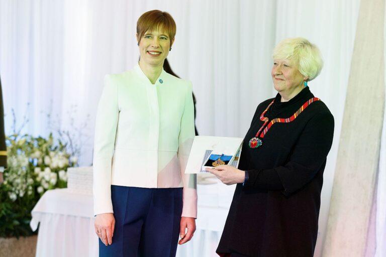 Kaja Tael vastu võtmas teenetemärki president Kersti Kaljulaidilt eelmisel aastal Narva Kolledžis. Kaja Tael usub, et Eesti inimesed on Euroopa Liidus õppimisvõimelised ja et Eesti inimene on Euroopasse viinud teatud enesekindluse ja tunnetuse, et tulevik on tänasest parem.