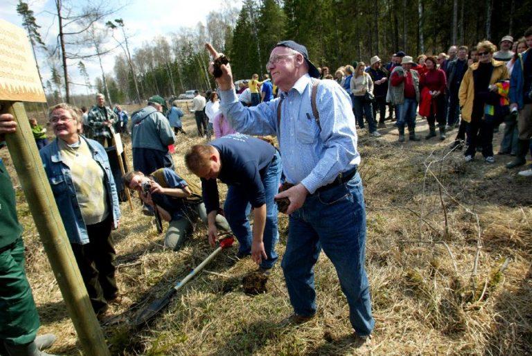 1. mail 2004 toimus Eestis ka suur puude istutamine, millest võtsid teiste hulgas osa ka Lennart Meri ja Ene Ergma.