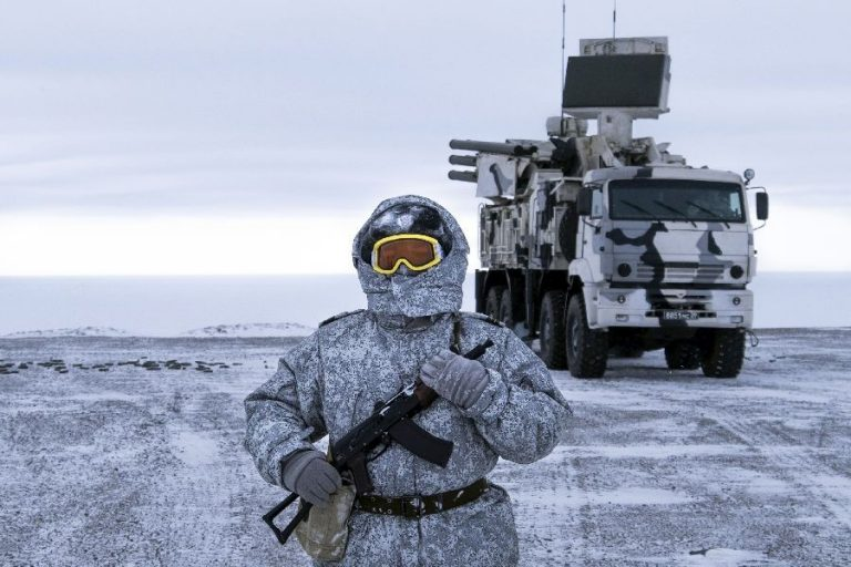 Venemaa suurendab sõjalist kohalolekut Arktikas. Vene sõdur Kotelnõi saarel, taamal õhutõrjesüsteem Pantsir-S1.