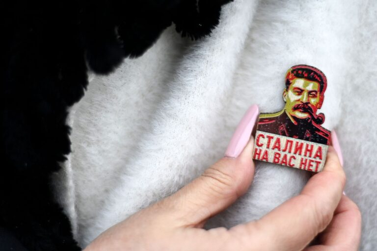 Vene kommunistliku partei toetaja kohendab Josif Stalinit kujutavat rinnamärki.