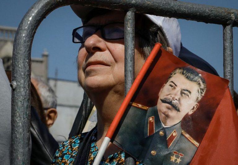 Kommunistliku partei toetaja hoidmas Stalini portreed Moskvas maiparaadil.