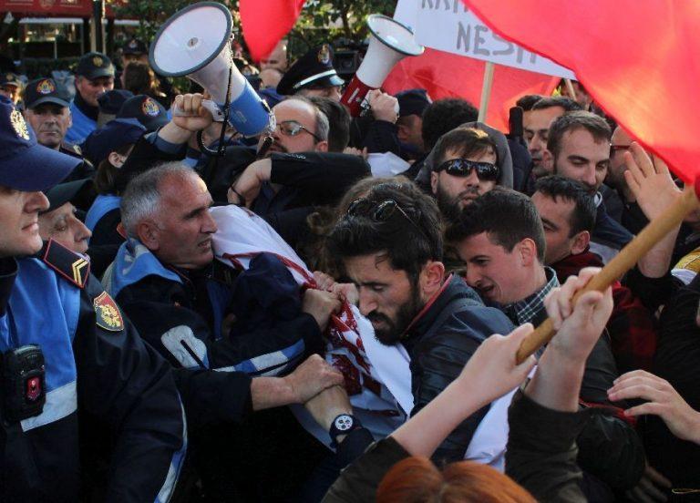 Albaanlased protestimas Serbia presidendi Aleksandar Vučići visiidi vastu Tiranasse 9. mail. Lääne-Balkan on sel aastal olnud rahutu.