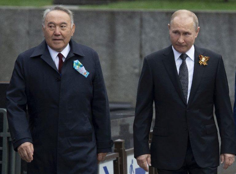 Kasahstani endine president Nursultan Nazarbajev ja Venemaa president Vladimir Putin saabumas selle aasta 9. mai võiduparaadile Moskvas. Putin on samas öelnud Kasahstani kohta, et seal õiget riiki pole olnud.