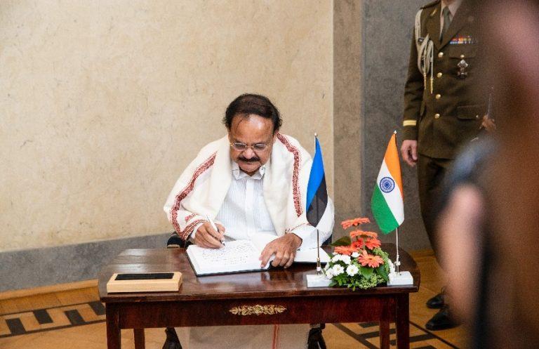 India Vabariigi asepeaminister Muppavarapu Venkaiah Naidu Kadrioru lossis 21. augustil.