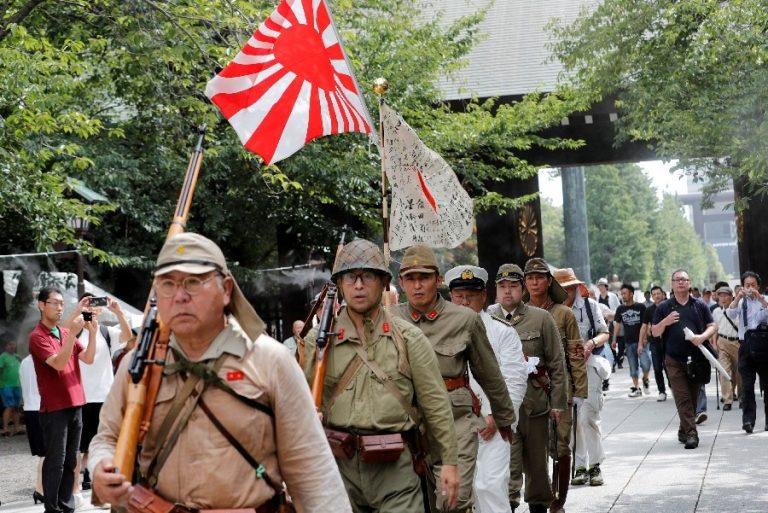 Jaapani sõjaväemundris mehed meenutamas Yasukuni pühamus Jaapani kapituleerumise 74. aastapäeva 15. augustil. Pühamu on olnud vastumeelt nii Hiinale kui ka Lõuna-Koreale.