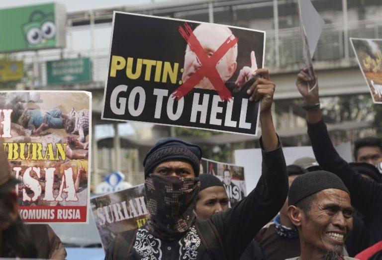 Indoneesias mõeldakse Venemaast mitmeti. 2015. aastal korraldasid Indoneesia muslimid Venemaa saatkonna ees Jakartas meeleavalduse Venemaa sekkumise vastu Süürias.