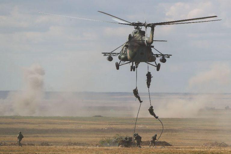 Dessantväelased laskumas MI-8 helikopterilt Tsentr-õppuste käigus.