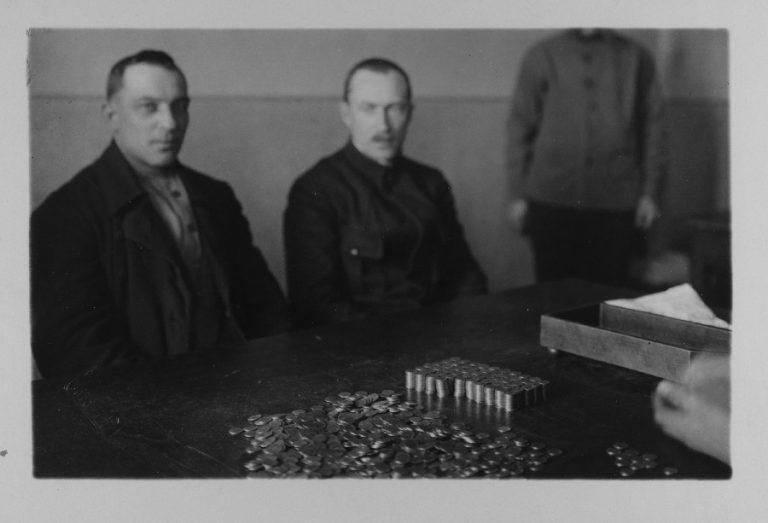 Eesti esindaja loeb Nõukogude esindaja juuresolekul üle Nõukogude kulda.