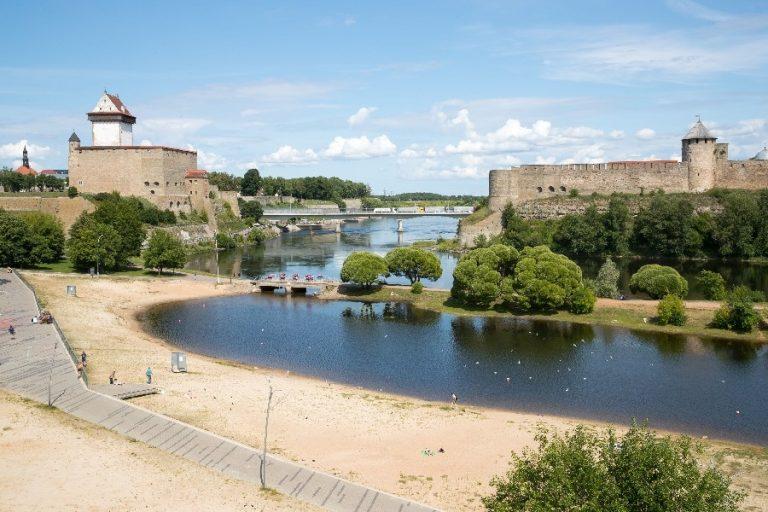 Tsivilisatsiooniline põrkumine  Narva jõel: Lääne-Euroopa roomakatoliiklik/protestantlik kultuuritraditsioon vastamisi slaavi ortodoksse maailmaga, mille veenvaks tunnistajaks said keskaegsed kindlused jõe mõlemal kaldapealsel.