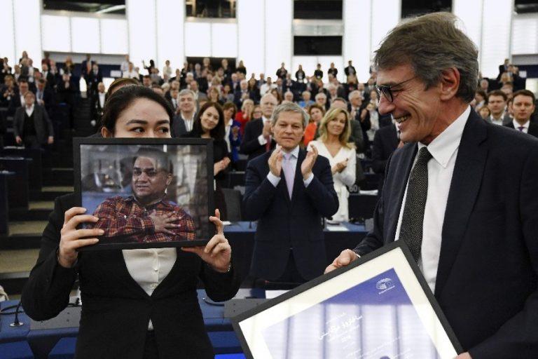 Jewher Ilhami vastu võtmas Euroopa Parlamendis Sahharovi auhinda ja hoidmas auhinna laureaadi, oma isa Ilham Tohti pilti. Paremal Euroopa Parlamendi president David-Maria Sassoli.