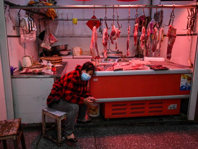 Wuhani turg on nüüdseks juba uuesti avatud. Kaupmees ootamas ostjaid lihaleti ees.
