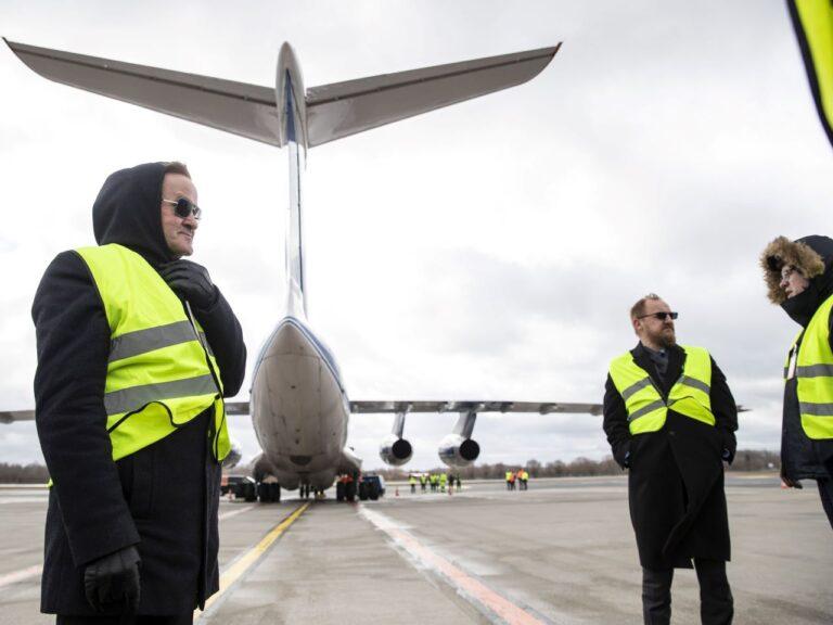 Aprilli algul maandus esimene lennuk Hiinast kaitsevahenditega. Pildil on teiste seas lennukit Tallinnas vastu võtmas valitsuse liikmed Jaak Aab ja Urmas Reinsalu.