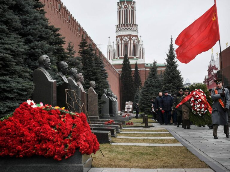 Venemaal on Stalini kultus jätkuvalt au sees. Pildil on Vene kommunistid saabumas Stalini hauale Moskvas Kremli müüri ääres tema surma 67. aastapäeval 5. märtsil 2020.