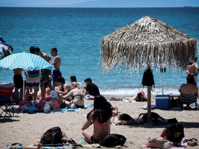Glyfada rand Ateena juures juuni algul. Turism on Kreeka majanduse tähtsaim sektor ja seetõttu loodab Kreeka turiste vastu võtta võimalikult vara.