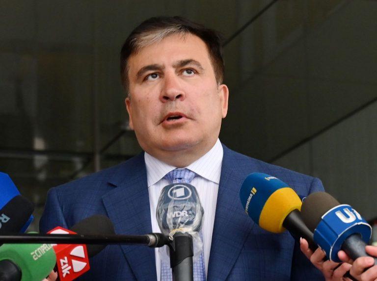 Mihheil Saakašvili kõnelemas aprillis ajakirjanikega pärast kohtumist president Volodõmõr Zelenskõiga.