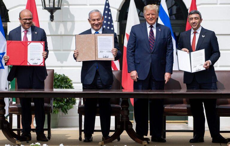 (Vasakult paremale) Bahreini välisminister Abdullatif al-Zayani, Iisraeli peaminister Benjamin Netanyahu, USA president Donald Trump ja AÜE välisminister Abdullah bin Zayed Al-Nahyan näitavad dokumente pärast aabrahamlike lepingute allakirjutamist, millega Bahrein ja AÜE tunnustasid Iisraeli. Valge Maja 15. septembril 2020.