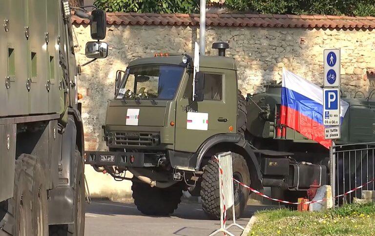 Vene sõjaväeveokid San Giuseppe hooldekodu juures koroonakriisi ajal aprillis Gorlagos Lombardias Põhja-Itaalias. Venemaa sai propagandavõidu, saates abi koroonast räsitud Itaaliale.