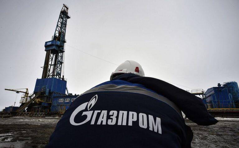 Gazpromi töötaja gaasipuurtorni juures Jamali poolsaarel. Venemaa energiasektor on pandeemia tõttu kannatada saanud.