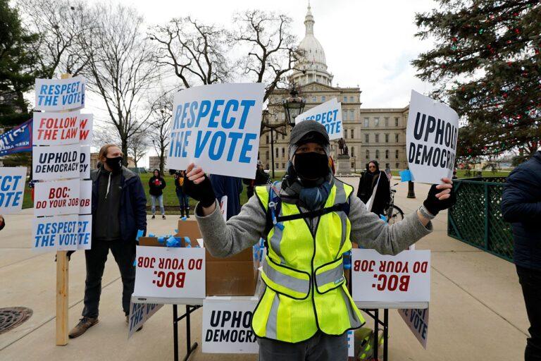 Joe Bideni toetajad Michigani osariigi Kapitooliumi ees nõudmisega austada hääletustulemust.