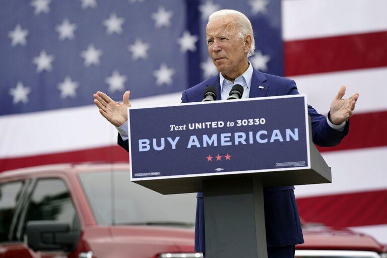 Joe Biden presidendikampaania ajal kõnet pidamas. Ka riigipeana on ta kutsunud üles eelistama ameerikamaist.