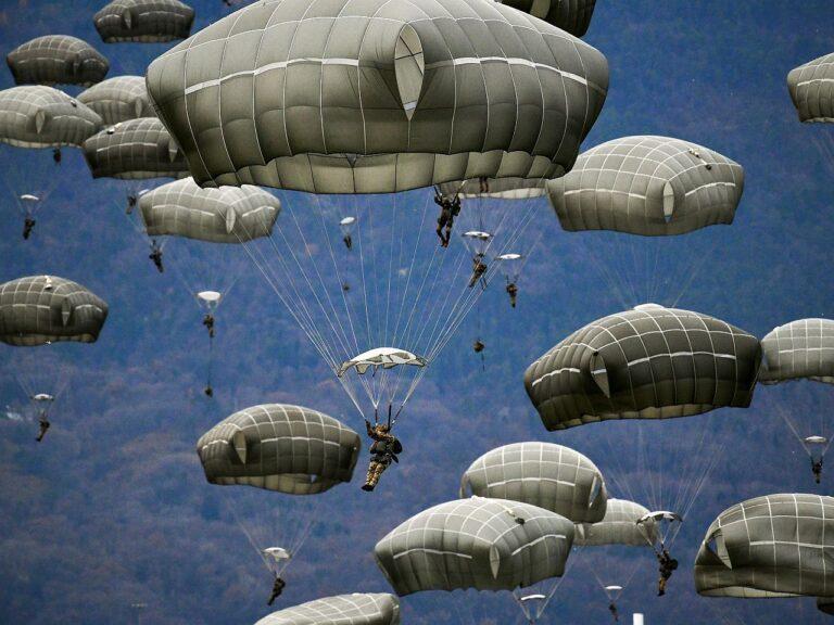 Itaalia ja USA õhudessantväelased ühisõppustel mullu oktoobris Põhja-Itaalias. Sama USA 173. õhudessantbrigaadi sõdurid on korduvalt harjutanud ka Eestis.